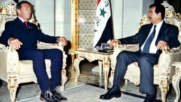 Jörg Haider bei Saddam Hussein im Jahr 2002