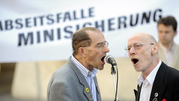 Sänger des Augustin-Chores bei einer Kundgebung zur Mindestsicherung vor Beginn einer Sitzung des Ministerrates in Wien.