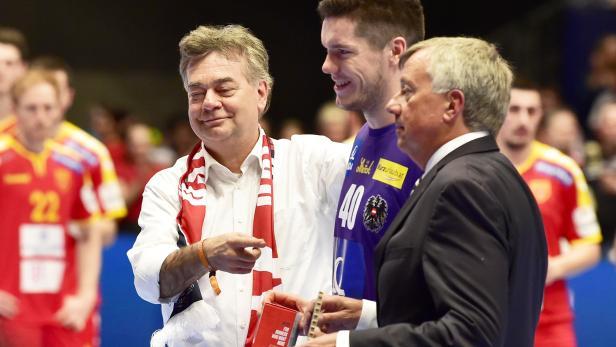 Vizekanzler Werner Kogler (Grüne) mit Österreichs Handball-Torwart Thomas Eichberger