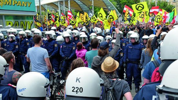 Gegenüberstellung. Identitäre Demonstranten und linke Gegner.