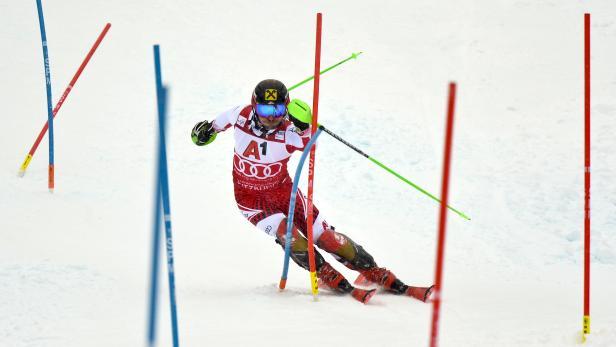 Marcel Hirscher fährt im Roten Trikot des Slalom-Leaders