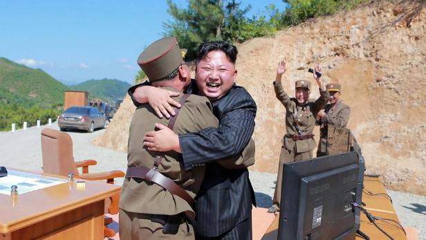 """Kim Jong-un nach einem Test der Rakete """"Hwasong-14""""."""