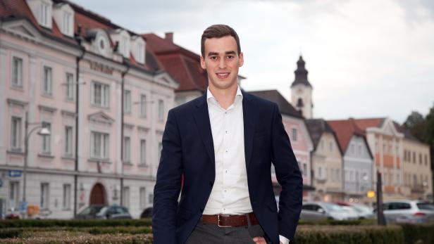 Österreichs jüngster Bürgermeister Severin Mair am Eferdinger Stadtplatz.
