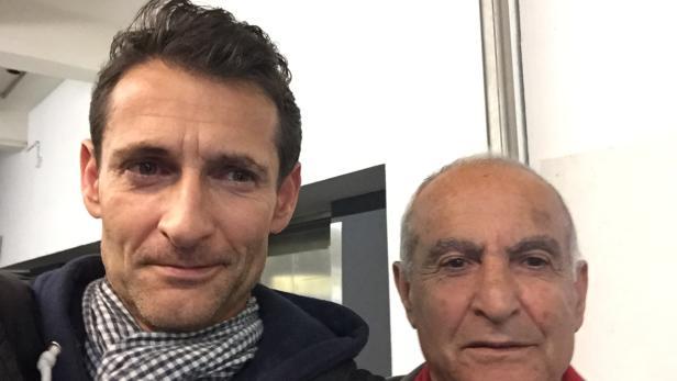 Papa mobil: Mit bald 80 engagiert er sich ehrenamtlich in der Wiener Flüchtlingsbetreuung. Die Aufnahme entstand am 6. Oktober am Wiener Westbahnhof.