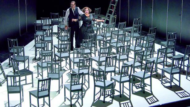 """""""Die Stühle"""" im Akademietheater"""