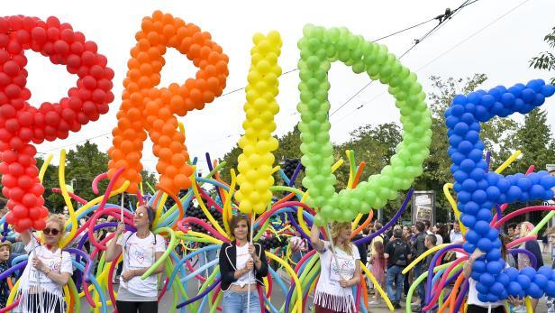 Teilnehmer der 22. Wiener Regenbogenparade auf der Ringstraße. Lesben, Schwule, Transgender-Personen und Heterosexuelle demonstrieren dabei gemeinsam gegen Diskriminierung.