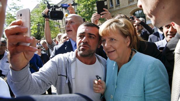 Herzlich Willkommen: Angela Merkel lächelt für ein Selfie
