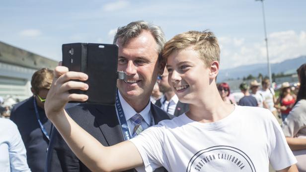 Präsidentschaftskandidat Norbert Hofer mit einem Fan.