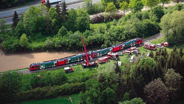 EISENBAHNUNFALL, 6. MAI 2015: Zwei Menschen starben, sieben wurden zum Teil schwer verletzt.