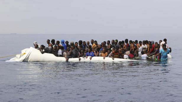 Migranten auf einem sinkenden Boot vor der libyschen Küste.