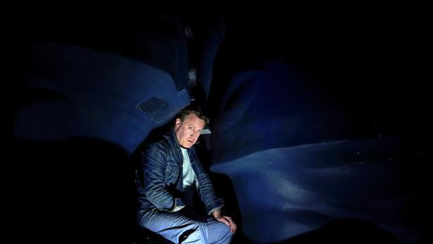 """NICHOLAS OFCZAREK (auf der Unterbühne des Burgtheaters): """"Es waren keine Depressionen, sondern depressive Verstimmungen."""""""