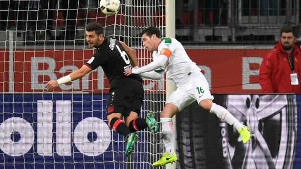 AUSTRO-DUELL IN DEUTSCHLAND: Aleksandar Dragovic (Bayer Leverkusen) und Zlatko Junuzovic (Werder Bremen)