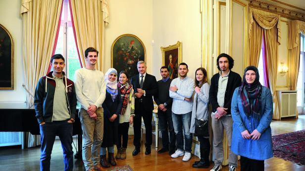 """Delegation der MJÖ-Gruppe in Paris anlässlich der Anschläge auf """"Charlie Hebdo"""" zu Besuch in der Österreichischen Botschaft mit Herrn Ges. MMag Thomas Schlesinger"""