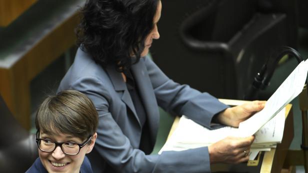 Die Grüne-Abgeordnete Sigrid Maurer (l.)