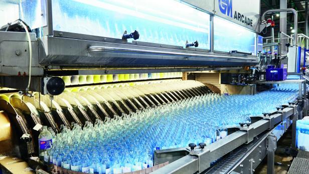 VÖSLAUER: Rund 30.000 Flaschen pro Stunde laufen hier durch die Mehrweg-Befüllanlage.