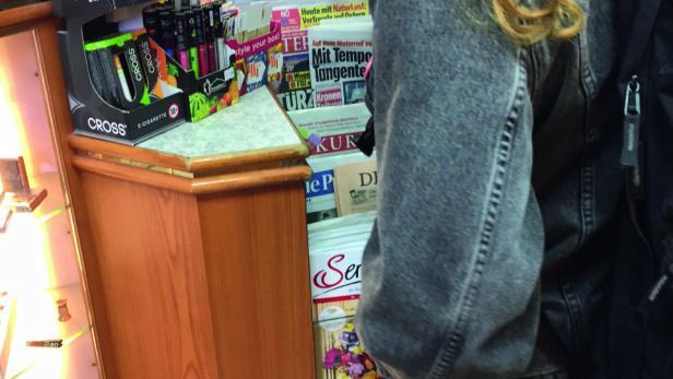 Rauchmelder Viktoria, 15, kauft in einer Kremser Trafik Zigaretten. Nach ihrem Ausweis wird sie nicht gefragt.
