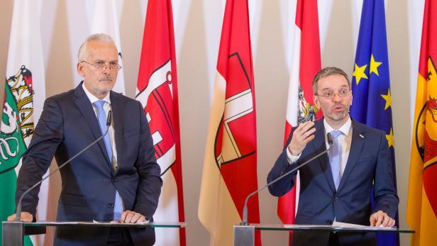 Keine besten Freunde: Justizminister Josef Moser, der verlorene Sohn der FPÖ, hat bei der Verstaatlichung des Asylwesens ein Wörtchen mitzureden und fühlt sich von Innenminister Kickl übergangen.
