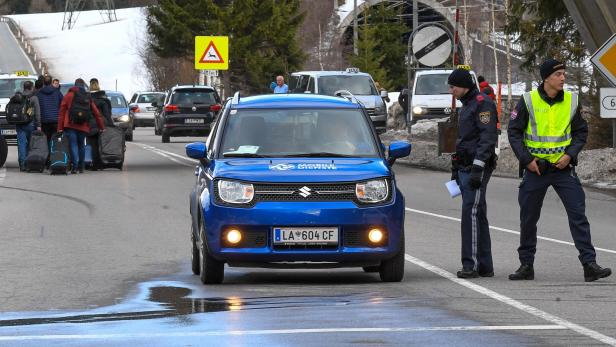 Kontrollen der Polizei am Ortsende von St. Anton am Arlberg