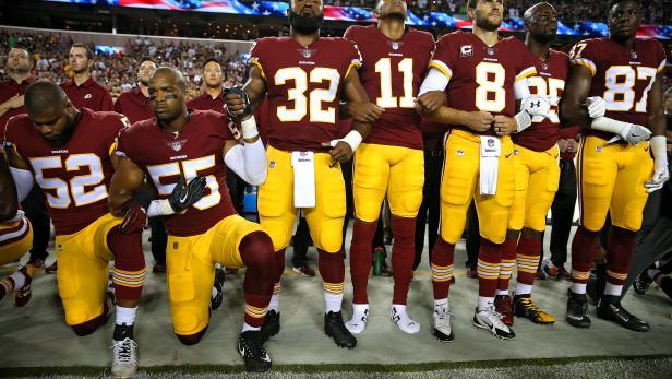 Stiller Protest. Spieler der Washington Redskins vor dem Spiel gegen die Oakland Raiders