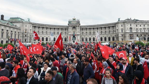 Demonstration anl. des Putschversuchs des Militärs in der Türkei im Juli 2016, auf dem Heldenplatz in Wien.