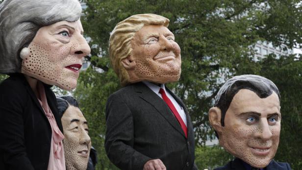 OXFAM-Mitglieder protestieren anlässlich des G-7-Gipfels