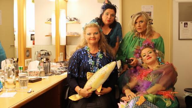 In voller Montur: Ulrike Beimpold, Maria Happel, Angelika Hager und Petra Morzé (v.l.n.r.) sind derzeit im Rabenhof Theater zu sehen.