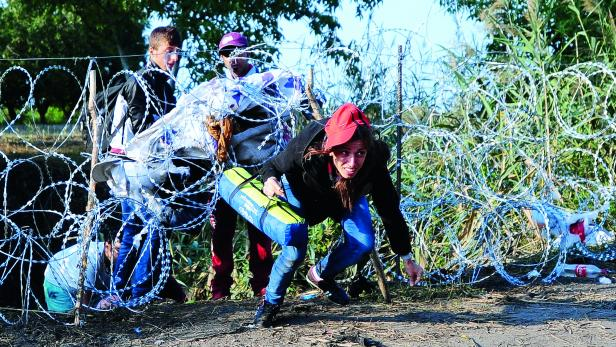 ZAUN: Mit  Stacheldraht entlang der 175 Kilometer langen Grenze zu Serbien will Ungarn Flüchtlinge an der Einreise hindern.