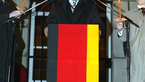 """Heinz-Christian Strache waehrend der Totenrede im Rahmen einer """"Heldenehrung"""" der Burschenschafter im Jahr 2004."""