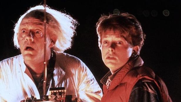 Doc Brown und Marty McFly reisen gemeinsam durch Vergangenheit und Zukunft.