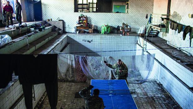 Alltag in der Stadt Mariinka: Kämpfer in einem früheren Schwimmbad.