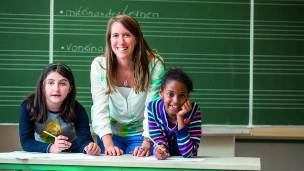"""TEACH FOR AUSTRIA: """"Fellows"""" ohne Lehramt wie Jennifer North (mi.), unterrichten Kinder aus Neuen Mittelschulen."""