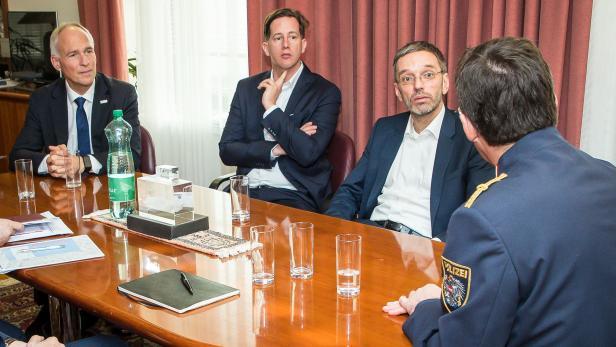 Treue Diener: Ex-Innenminister Herbert Kickl (FPÖ) mit seinen wichtigsten Mitarbeitern: Reinhard Teufel (Mitte) und Peter Goldgruber (links).