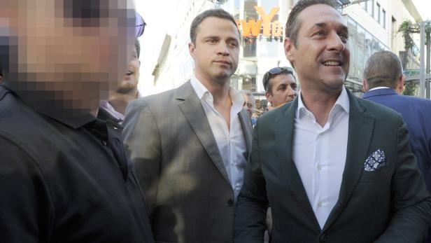 Ex-FPÖ-Chef Strache mit Johann Gudenus und seinem Sicherheitsmann im Rahmen einer Wahlkampfveranstaltung am 22. Mai 2014 in Wien.
