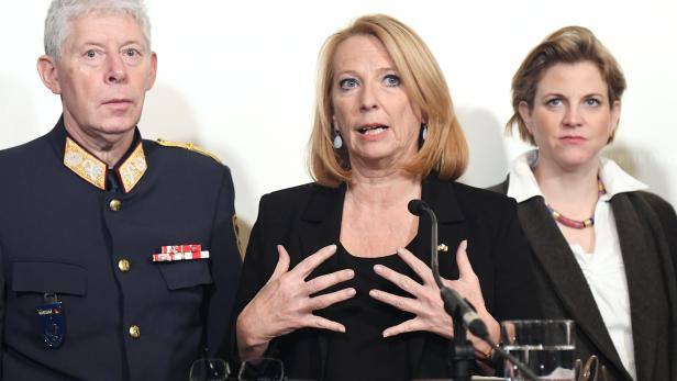 Landespolizei-Vizedirektor Michael Lepuschitz, die Zweite Nationalratspräsidentin Doris Bures (SPÖ) und NEOS-Chefin Beate Meinl-Reisinger.