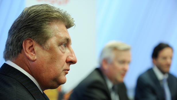 Ronny Pecik (l.) während einer Pressekonferenz im April 2014.
