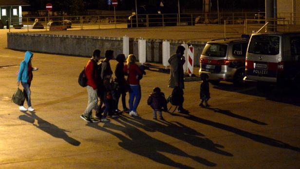 Eine syrische Flüchtlingsfamilie im österreichisch-ungarischen Polizeikooperationszentrum in Nickelsdorf.