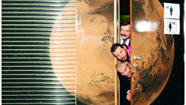 SCIENCE BUSTERS: Gruber, Puntigam, Oberhummer vor der WC-Türe des Planetarium im Wiener Prater. Der Ort wurde passend zum Thema ausgewählt.