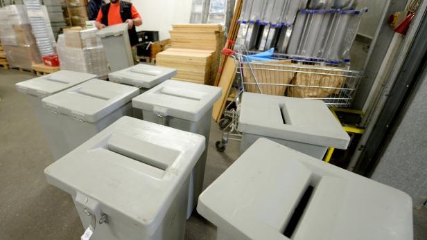 Wahlurnen im Logistikzentrum der MA 54 in Wien.