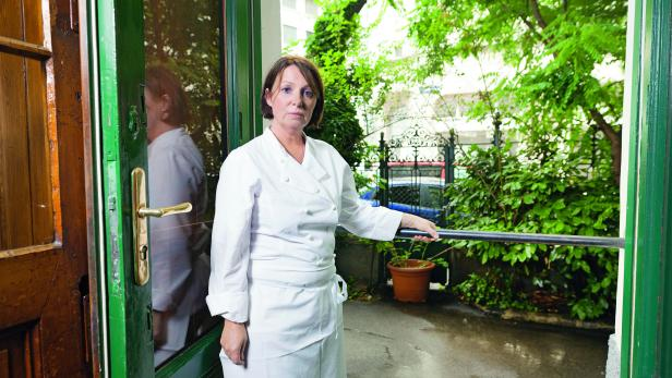 """Gesperrt. Eine einzementierte Stange verhindert, dass """"Ubl""""-Wirtin Messenlehner den Gastgarten betreten kann."""