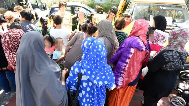 Eine Hilfsorganisation verteilt im August 2015 Hygienemittel und Gewand an Frauen im Erstaufnahmezentrum Traiskirchen.