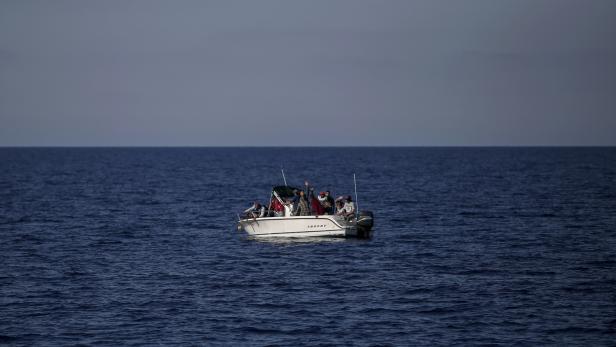 Seltener gewordener Anblick: Ein Boot mit Flüchtlingen vor der libyschen Küste.