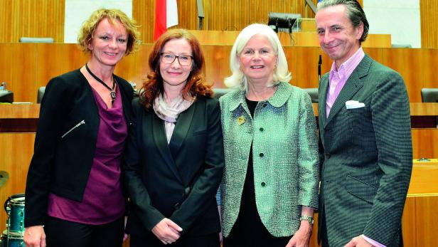 Eva Linsinger (ganz links), Elfriede Hammerl (zweite von rechts) und Christian Rainer (ganz rechts) gratulierten Preisträgerin Edith Meinhart (zweite von links)