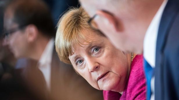 Bundeskanzlerin Angela Merkel (l, CDU) und Volker Kauder, Vorsitzender der CDU/CSU-Bundestagsfraktion