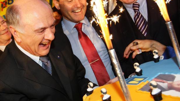 Eine Torte für Erwin Pröll. ÖVP-Wahlparty am 9. März 2008 in St. Pölten.