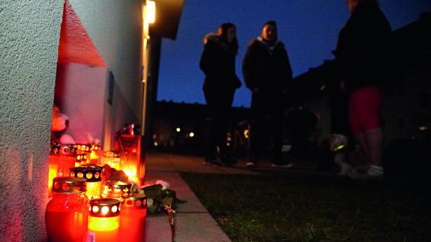 TRAUER UND WUT: Familienfreunde und Einwohner aus Steyr versammeln sich vor dem Haus von Michelle F.