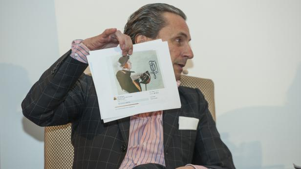 profil-Herausgeber Christian Rainer mit dem Bild von Norbert Hofers Lieblingsmaler Odin Wiesinger