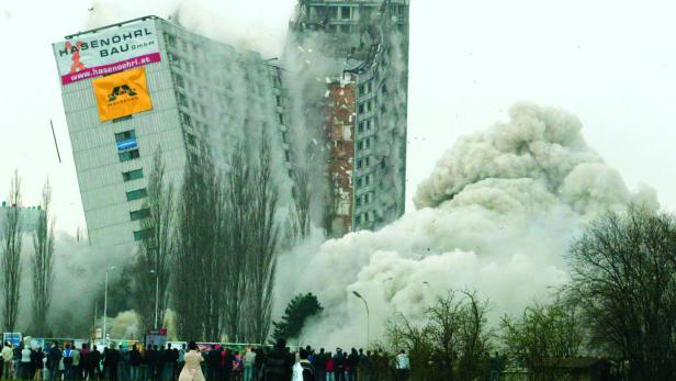 SCHLECHTE ERFAHRUNGEN: Im Jahr 2003 wurden auf dem Harter Plateau bei Linz zwei Wohntürme gesprengt.