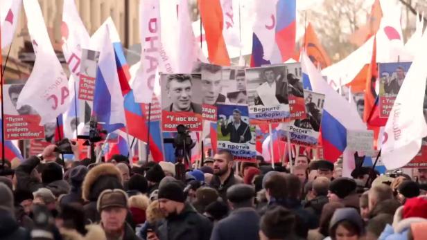 Demonstranten zu Mordfall Boris Nemtsov