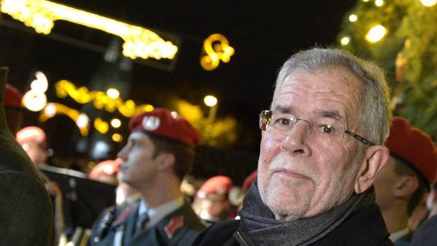 Bundespräsidentschaftskandidat Alexander Van der Bellen am Wiener Rathausplatz im Rahmen der Illuminierung des Weihnachtsbaumes.