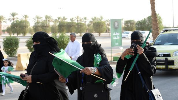 Frauen in Saudi Arabien betreten erstmals das King Fahd-Stadium.